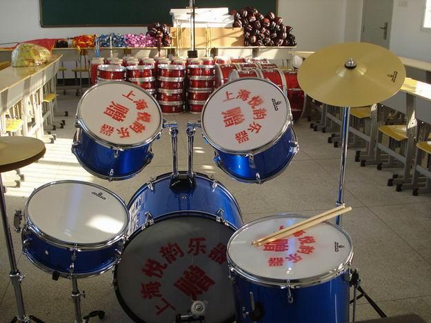 回乡捐赠乐器,不忘母校恩情